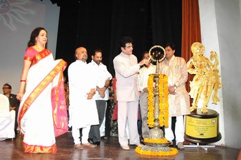 1a Jitendra lighting the lamp being watched by Hema Malini, Sameer, Mukhtar Abbas Naqvi, Chairman De
