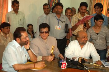 2 (L) Mukhtar  Abbas Naqvi, Jitendra & Sameer surrounded by media