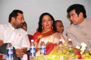 5 Mukhtar Abbas Naqvi & Jitendra engrossed in the talks while Hema Malini watches