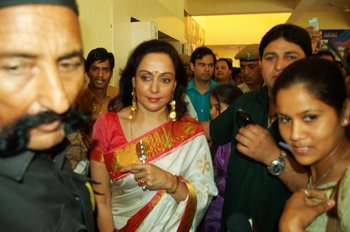 9 Hema Malini Surrounded by the crowd