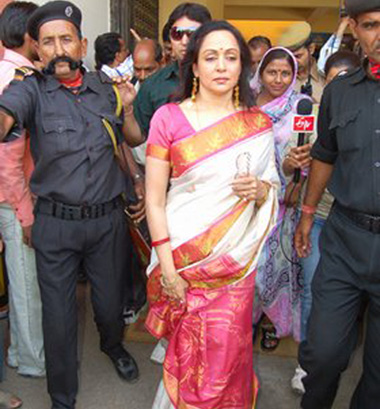 9 Crowd following Hema Malini